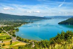 Vista del lago annecy in alpi francesi Fotografie Stock