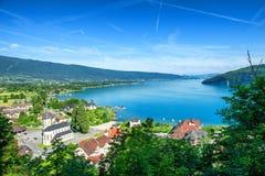 Vista del lago annecy in alpi francesi con il villaggio di Duingt Fotografia Stock Libera da Diritti