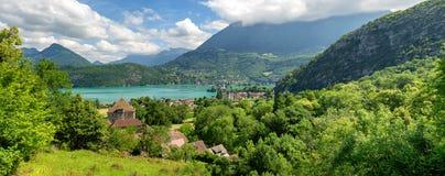 Vista del lago annecy in alpi francesi con il villaggio di Duingt Fotografia Stock