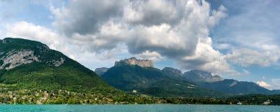 Vista del lago Annecy nelle alpi francesi Fotografia Stock