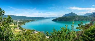 Vista del lago Annecy nelle alpi francesi Immagini Stock Libere da Diritti