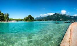 Vista del lago Annecy nelle alpi francesi Fotografie Stock
