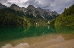 Vista del lago Anterselva il giorno nuvoloso in Italia Fotografia Stock