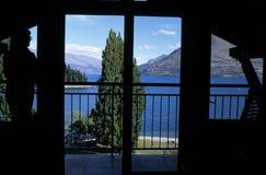 Vista del lago attraverso la finestra Fotografia Stock