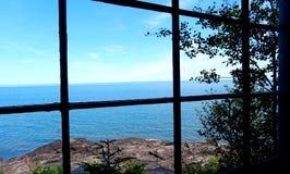 Vista del lago attraverso la finestra di cabina fotografia stock libera da diritti