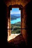 Vista del lago attraverso la porta del castello fotografie stock libere da diritti