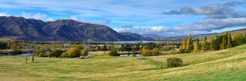Vista del lago Aviemore durante otoño en Cantorbery Imagenes de archivo