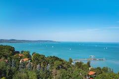 Vista del lago Balatón con las naves de Tihany, Hungría Fotografía de archivo