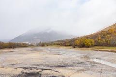 Vista del lago Barrea quasi asciutta, lago Barrea, Abruzzo, Italia ottobre Immagini Stock Libere da Diritti