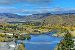 Vista del lago Benmore dalla cima della diga che alimenta la centrale idroelettrica, a Canterbury Fotografia Stock