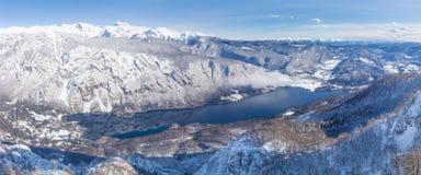 Vista del lago Bohinj e delle montagne circostanti nell'inverno Fotografie Stock