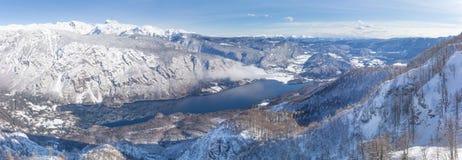 Vista del lago Bohinj e delle montagne circostanti nell'inverno Fotografie Stock Libere da Diritti