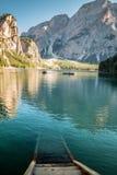 Vista del lago Braies nelle alpi italiane Immagine Stock
