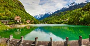 Vista del lago cerca de Villa Di Chiavenna, montañas, Foto de archivo libre de regalías