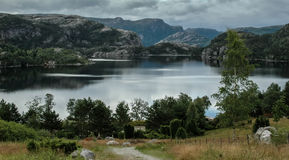 Vista del lago cerca del hytta de Prikestolen, Noruega Fotos de archivo