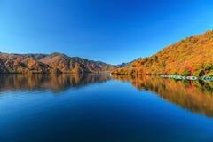 Vista del lago Chuzenji en la estación del otoño con agua de la reflexión adentro imagen de archivo libre de regalías