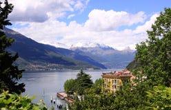 Vista del lago Como da Varena dagli alberi indietro Fotografia Stock