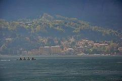 Vista del lago Como in un giorno nuvoloso con i rematori nella priorità alta a Bellagio Fotografia Stock Libera da Diritti