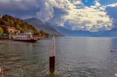Vista del lago Como in un giorno nuvoloso con la barca nella priorità alta a Bellagio Fotografie Stock
