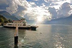 Vista del lago Como in un giorno nuvoloso con la barca nella priorità alta a Bellagio Immagini Stock