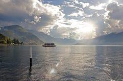 Vista del lago Como in un giorno nuvoloso con sole a Bellagio Fotografie Stock Libere da Diritti