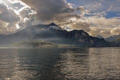 Vista del lago Como in un giorno nuvoloso con sole a Bellagio Fotografie Stock