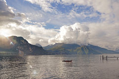 Vista del lago Como in un giorno nuvoloso con sole a Bellagio Immagine Stock