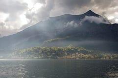 Vista del lago Como in un giorno nuvoloso con sole a Bellagio Immagini Stock