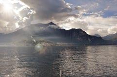 Vista del lago Como in un giorno nuvoloso con sole a Bellagio Fotografia Stock