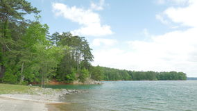 Vista del lago con el cielo y las nubes Fotografía de archivo