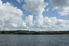 Vista del lago con il cielo e le nuvole fotografia stock libera da diritti