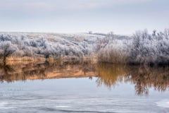 Vista del lago, in cui l'inverno si fonde con la molla in anticipo Fotografia Stock Libera da Diritti
