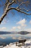 Vista del lago dal banco. Fotografie Stock
