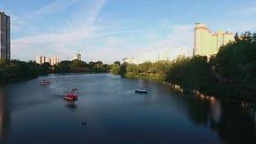 Vista del lago de la ciudad desde arriba metrajes
