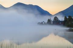 Vista del lago de la montaña brumosa Imágenes de archivo libres de regalías