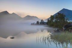 Vista del lago de la montaña brumosa Fotografía de archivo