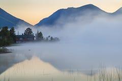 Vista del lago de la montaña brumosa Imagen de archivo libre de regalías