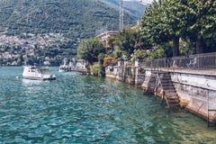 vista del lago di como con una barca sulla priorità alta Immagini Stock