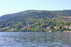 Vista del lago di geradmer in Francia immagini stock libere da diritti