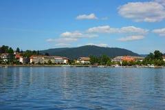 Vista del lago di geradmer in Francia immagine stock