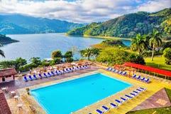 Vista del lago e dell'hotel Hanabanilla in Cuba Fotografie Stock Libere da Diritti