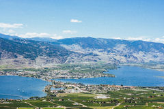 Vista del lago e della città Osoyoos da sopra Fotografia Stock