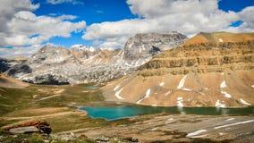 Vista del lago e della montagna dal passaggio della dolomia, Banff Fotografia Stock Libera da Diritti