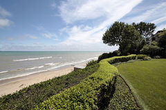 Vista del lago e della spiaggia dalla casa di lusso Immagini Stock