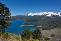 Vista del lago e delle montagne coperti di neve Fotografia Stock