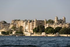 Vista del lago e del palazzo Udaipur Pichola in Rajastan, India fotografia stock libera da diritti
