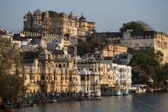 Vista del lago e del palazzo Udaipur Pichola in Rajastan, India fotografie stock