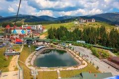 Vista del lago en Bukovel fotos de archivo