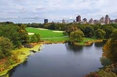 Vista del lago en Central Park Imagen de archivo libre de regalías