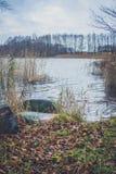 Vista del lago en otoño Fotos de archivo libres de regalías